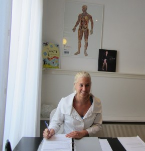 Huidtherapeute Kimberley de Jong in de praktijk